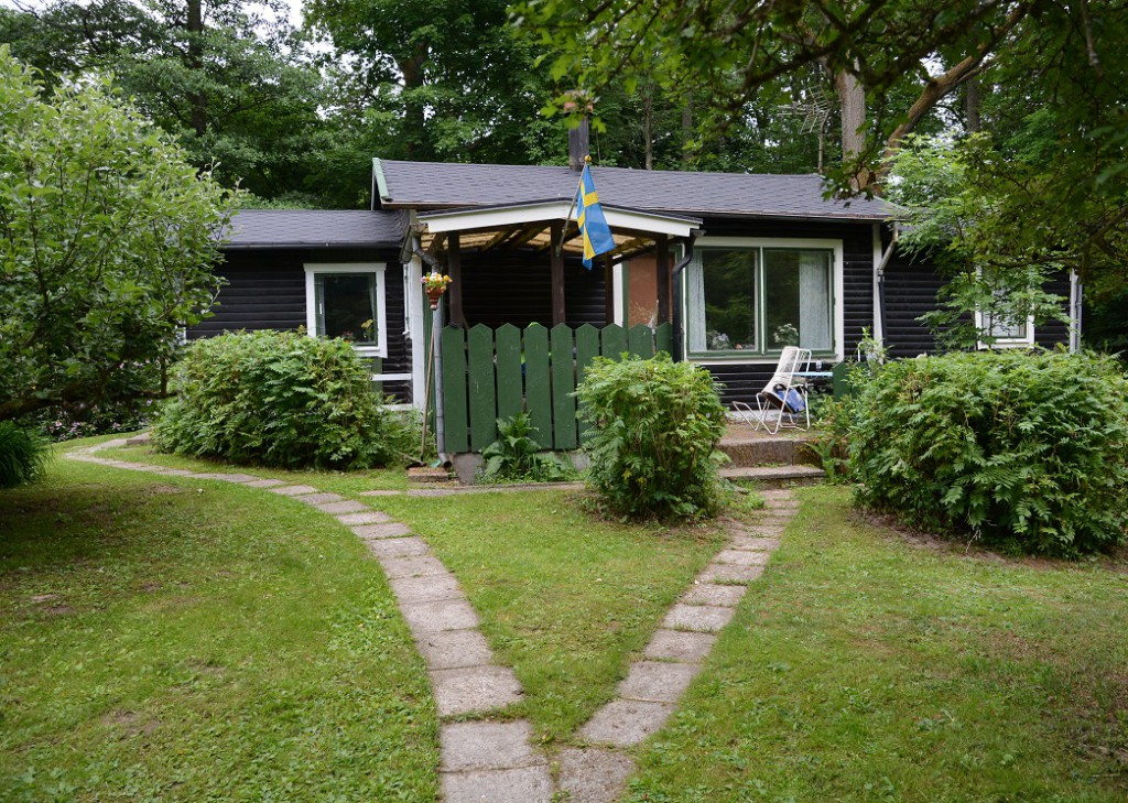 Huset i den lummiga grönskan mellan reningsverket och Finjasjön ska köpas in av kommunen och rivas för att reningsverket ska få en skyddszon - om diskussionen blir verklighet.