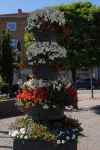 På Stortorget i centrala Hässleholm finns blomkrukor med fyra våningar.