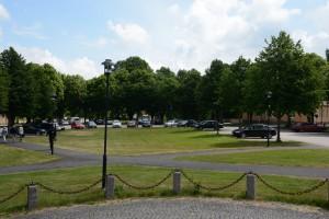 Boende i det nya femvåningshuset får parkera på kaserngårdens parkeringsplatser, åtminstone för en tid. Byggnadsnämnden fattade inget beslut om parkeringsplatserna i samband med att bygglovet beviljades.