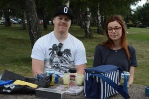 Ola Lavin och Matilda Albinsson tycker inte att det är så inbjudande att bada i Björkviken, men njuter av sin picknick.