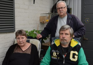 Den nya avgiften för boendestöd har oroat många av de berörda, här kontaktpersonen Kenneth Axelsson, stående, samt Anita Svensson och Sigvard Jansson. Foto: Berit Önell