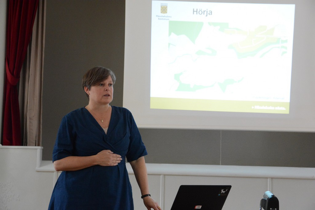 Pernilla Rydmark berättade om kommunens planer på fiberutbyggnad i Hörja. Foto: Berit Önell