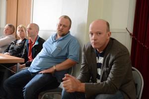 Kommunalrådet Mats Sturesson C ), till höger, och Henrik Hörgerud, engagerad i Fiber till Hörja, uttalade sig på mötet liksom många andra.