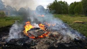 Diverse giftigt avfall eldades upp och nya gifter bildades i branden på en fastighet utanför Tyringe. Två män fälls nu för miljöbrott. Foto: Miljökontoret