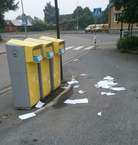 Postens gula brevlådor utsattes för intrång natten till fredagen och uppsprättade brev låg på morgonen utslängda på marken. Foto: Stefan Bergklint