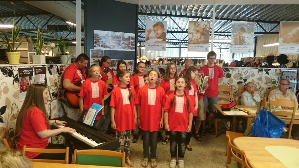 En grupp barn från Tjernobyllägret sjöng för kunderna i secondhandbutiken. Foto: Stefan Bergklint