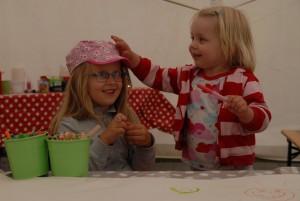 Barnen har aktiviteter i ett eget tält. Foto: Urban Önell