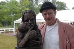 Konstnären Lars-Åke Blom ställer ut skulpturer på Torsjö Live. Foto: Urban Önell