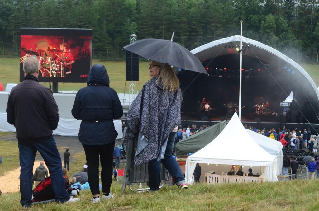 Publiken var väl förberedd för regnet på Torsjö Live. Foto: Urban Önell