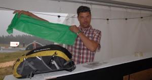 Mattias Klasson passar på att köpa sig en regnponcho. Foto: Urban Önell