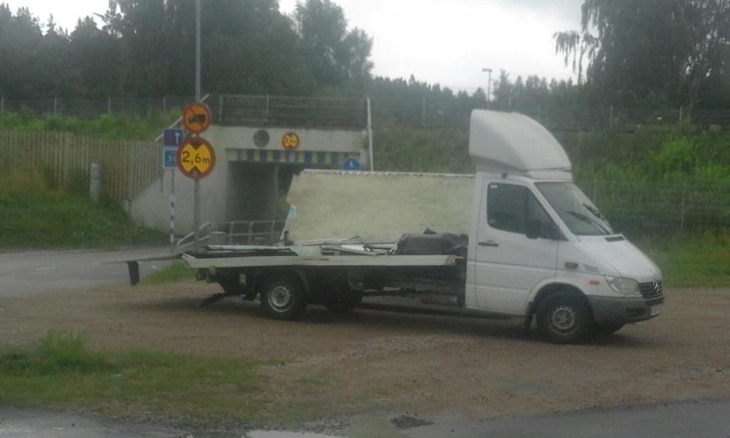 Föraren missbedömde av allt att döma viaduktens höjd och fastnade med skåpbilen. Foto: Jonathan Önell