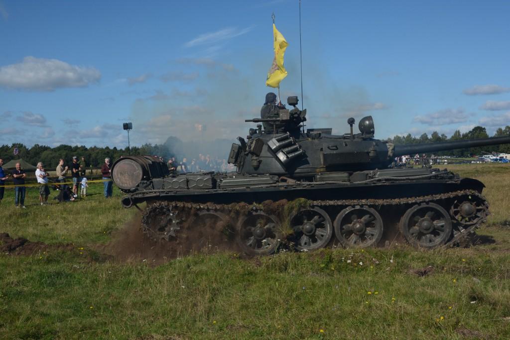Det sprutar jord från den sovjetiska T-55 stridsvagn när föraren trycker på gasen. Den har tidigare tjänat den polska armen och tillhör idag Smålands militärhitoriska sällskap, SMHS. Foto: Emil Önell