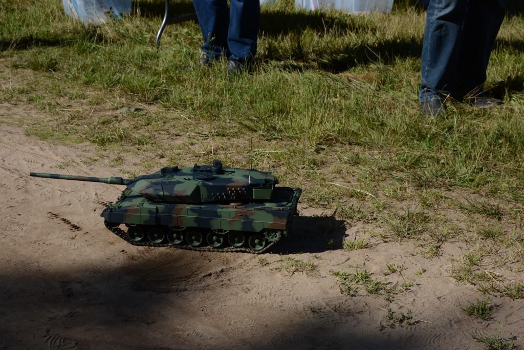 En radiostyrd Leopard 2-stridsvagn i miniatyr blev mycket populär när den patrullerade och avfyrade ärtor ur eldröret. Foto: Emil Önell