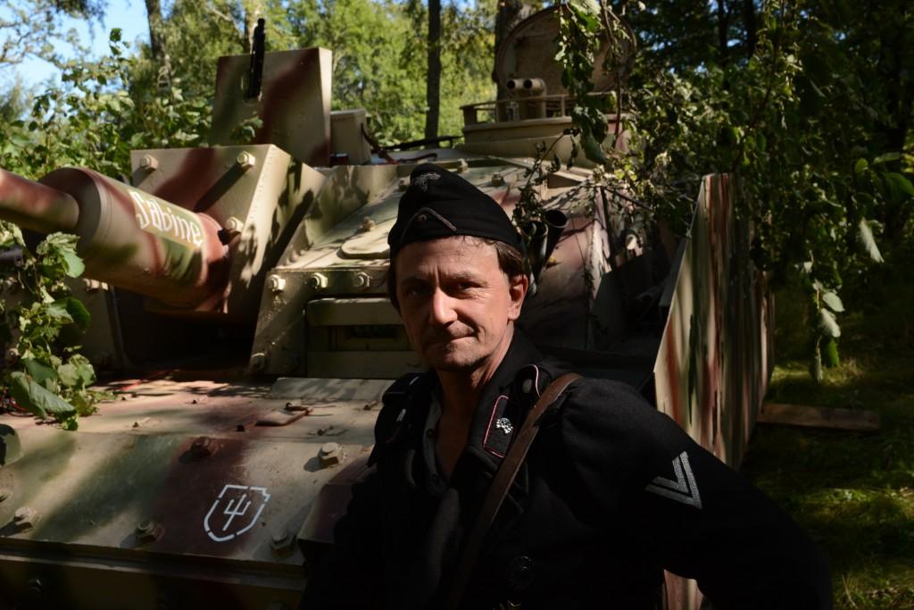 """Förare Finn Jepsson poserar framför """"Sabine"""", den StuG III replika han förvaltar. Stridsvagnen blev under andra världskriget det mest producerade tyska pansarfordonet, främst på grund av sin kostnadseffektivitet och mångsidighet. Finn menar att StuG III var den bästa stridsvagnen under kriget. På frågan om stridsvagnen är rolig att köra svarar Finn med ett leende. -Ingen kommentar. Foto: Emil Önell"""
