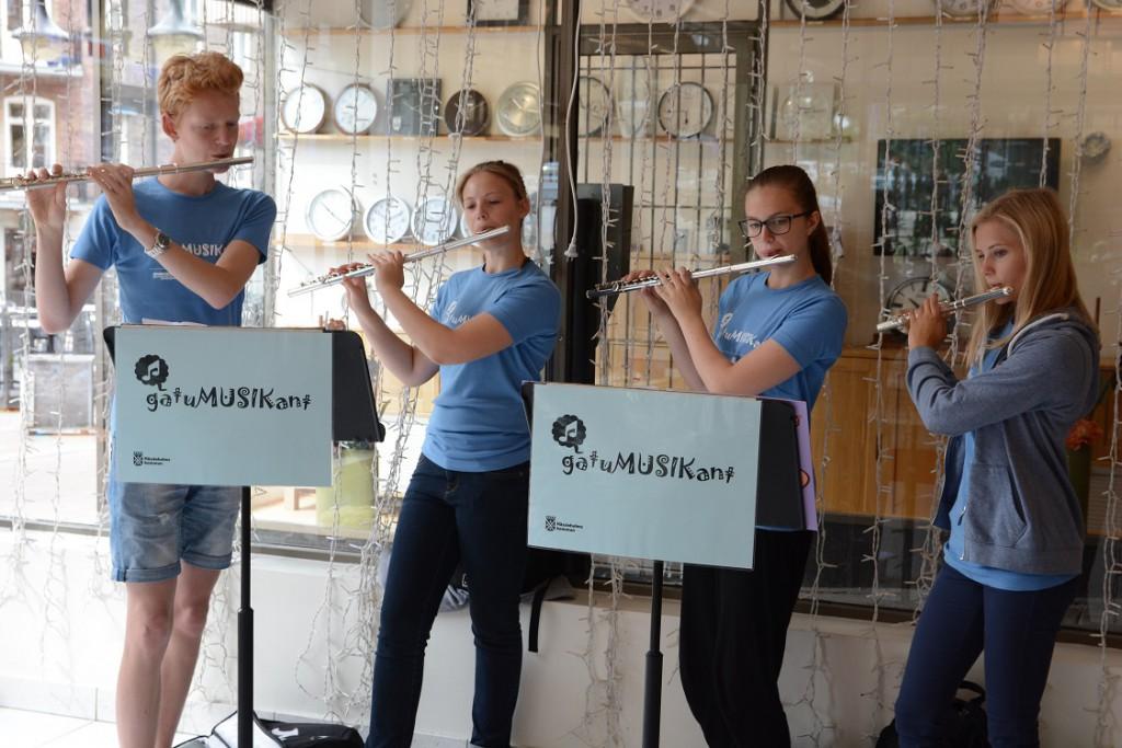 Gatumusikanterna Anton Fors, Emelie Fält, Linnea Axelsson och Julia Strandberg spelar i Gallerian i Hässleholm.