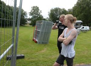 Scenchefen Jacob Gustafsson, närmast kameran, funderar tillsammans med Viktor Johansson på hur stängslet ska sättas upp.