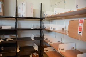 Hyllorna är nästan tomma i postrummet efter inbrottet.