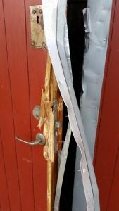 Den uppbrutna dörren var helt förstörd och måste bytas ut. Foto: Tord Tillman