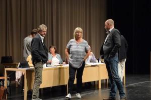 Kommunfullmäktige fick ajourneras några gånger, bland annat för att det skulle redas ut hur komplicerade voteringar skulle hanteras, från vänster Per-Åke Purk (V), Lena Wallentheim (S) och Mats Sturesson (C ). Foto: Berit Önell
