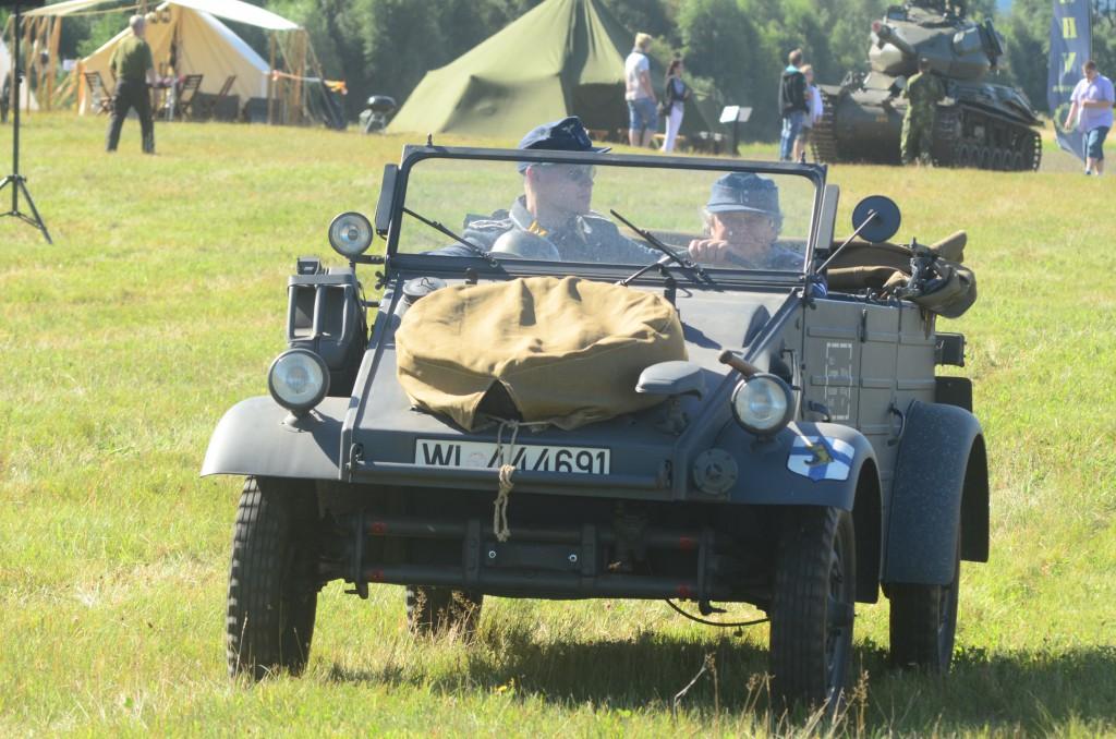 En annan Kübelwagen rullar fram över fältet. Detta blåmålade exemplar tillhör tyska Luftwaffe och bakom ratten sitter Niklas Östergren. Foto: Urban Önell