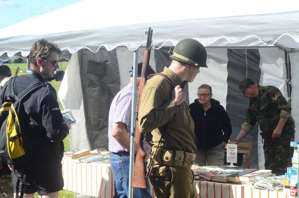 En ensam amerikansk soldat strövar omkring bland marknadsstånden. Kanske letar han efter modernare utrustning? Foto: Urban Önell