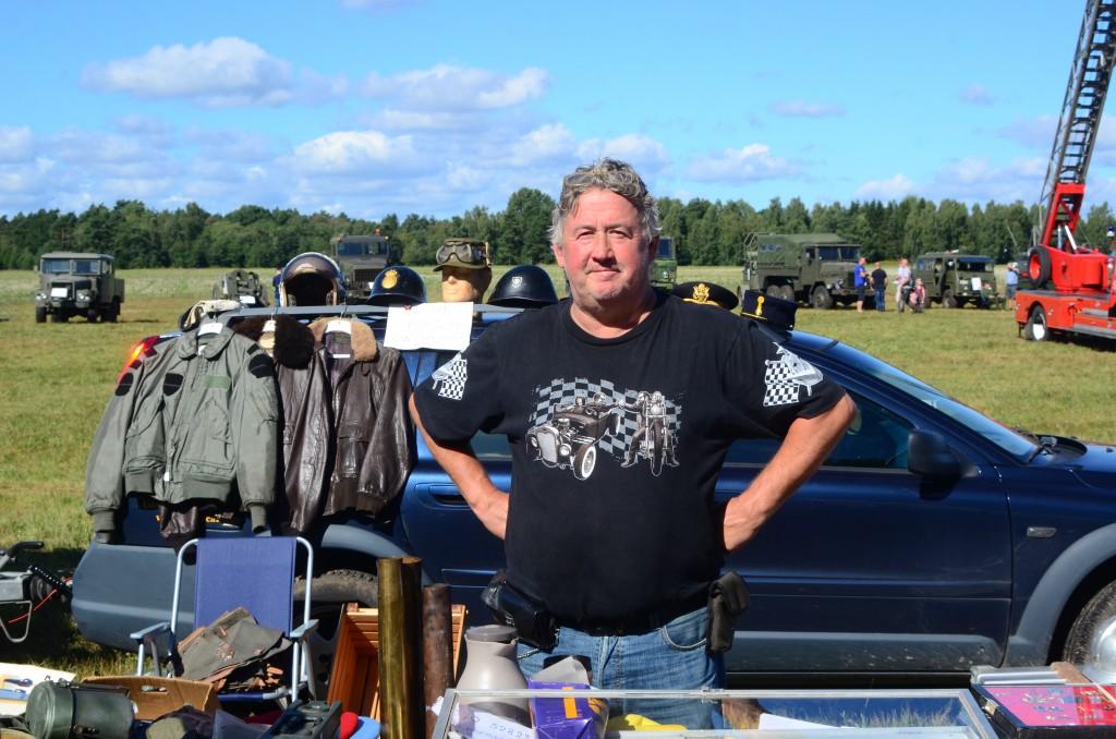 Anders Skötte, från Anderstorp säljer militärt överskott och samlarobjekt till hugade spekulanter. Foto: Urban Önell