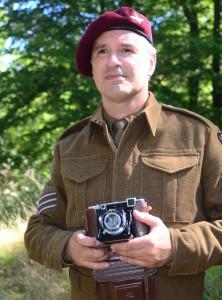 Jan Ribberott, är utrustad med en Zeisskamera, som användes av brittiska arméfotografer under andra världskriget. Foto: Urban Önell