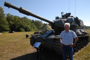 Peter Alf, en av generalerna bakom arrangemanget, poserar framför ett exemplar av stridsvagn 74, som var i bruk i den svenska armén mellan 1957-1981.