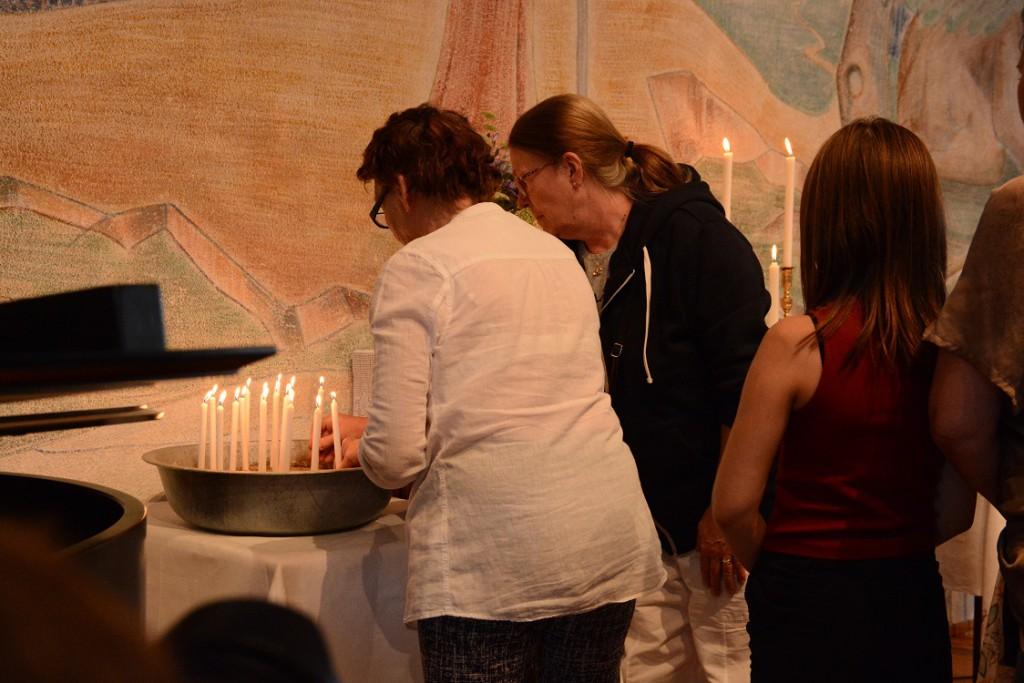 Många gick fram för att tända ett ljus under minnesstunden i församlingshuset. Foto: Berit Önell