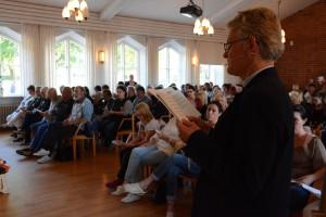 Kyrkoherden Klas Sturesson ledde minnesstunden i ett fullsatt församlingshus.