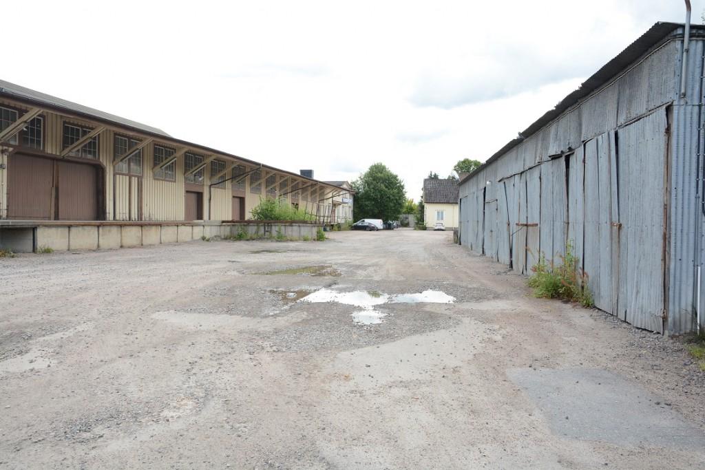 En oenig kommunstyrelse beslöt att föreslå kommunfullmäktige att köpa den nedgångna fastigheten bakom Netto. Foto: Berit Önell