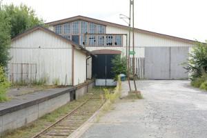 I huvudbyggnaden går ett järnvägsspår in.