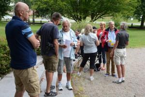 Diskussionerna var livliga bland de cirka 15 personer kom för att stödja förslaget om en manifestation. Foto: Urban Önell