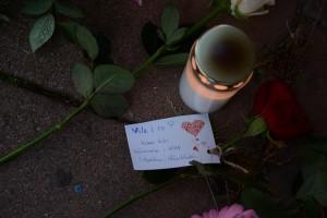 Hemlöse Lars som misshandlades till döds hedras med blommor och ljus på minnesplatsen vid Magasinsgatan. Foto: Berit Önell