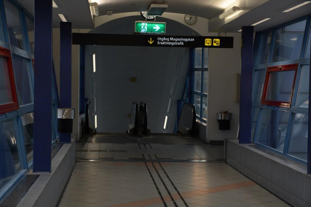 Den hemlöse mannen hittades livlös på golvet ovanför rulltrapporna på den inglasade gångbron över järnvägsspåren.