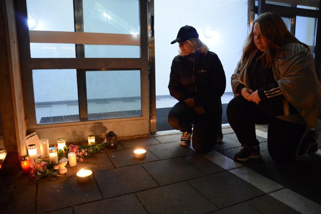 Ingela Hansson, till vänster, och Rebecca från föreningen Hemlös i Hässleholm tände ljus för hemlöse Lars som mördades på Hässleholms resecentrum. Foto: Berit Önell