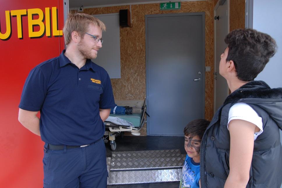 Räddningstjänsten var också på plats med sin utbildningscontainer med inredda rum, ett med en docka i en säng och ett med ett kök. - Här kan vi till exempel visa hur man släcker om olja fattar eld i köket, förklarar Tobias Ullmark och låter Yasin och Delibrin Meshte kika in.