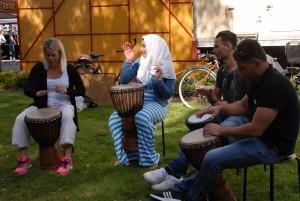 Brobyggarna som vill främja flyktingars integration i Tyringe var med och medverkade med trummusik.