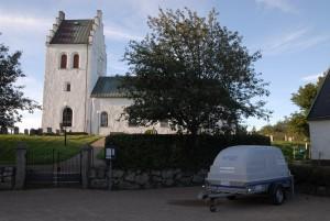 Allmänheten kan hämta vatten i en mindre vattentank på en släpvagn som Hässleholms vatten  på torsdagseftermiddagen ställde upp utanför kyrkan i Västra Torup. Foto: Urban Önell