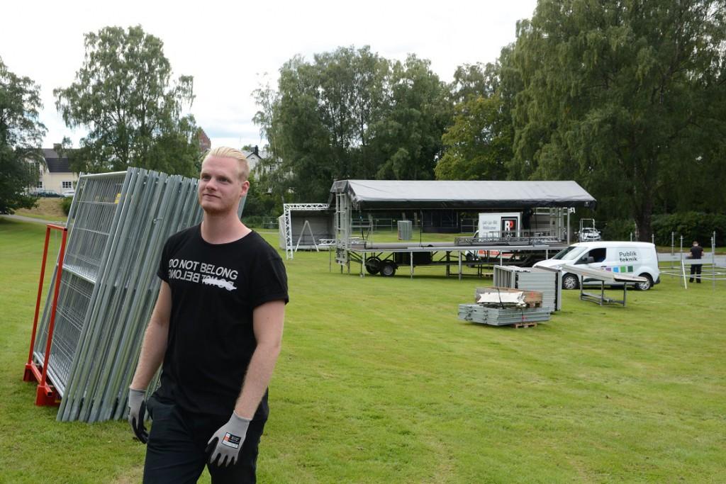 Viktor Johansson, projektledare eller festivalgeneral för Hässleholmsfesten, har fullt upp när Djupadalsparken görs om till festivalplats. Foto: Berit Önell