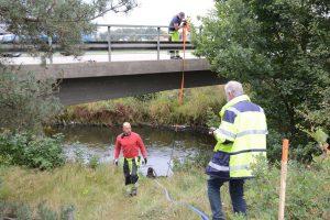 Hässleholms vatten förberedde för att lägga en ny avloppsledning under Almaån, men stoppades av berg. Nu är planen istället att hänga ett provisorisk avloppsrör under bron.