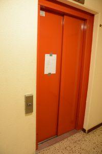 När hissen på Bokebergsgården havererat fick räddningstjänsten hjälpa pensionärerna till deras lägenheter. Foto: Berit Önell