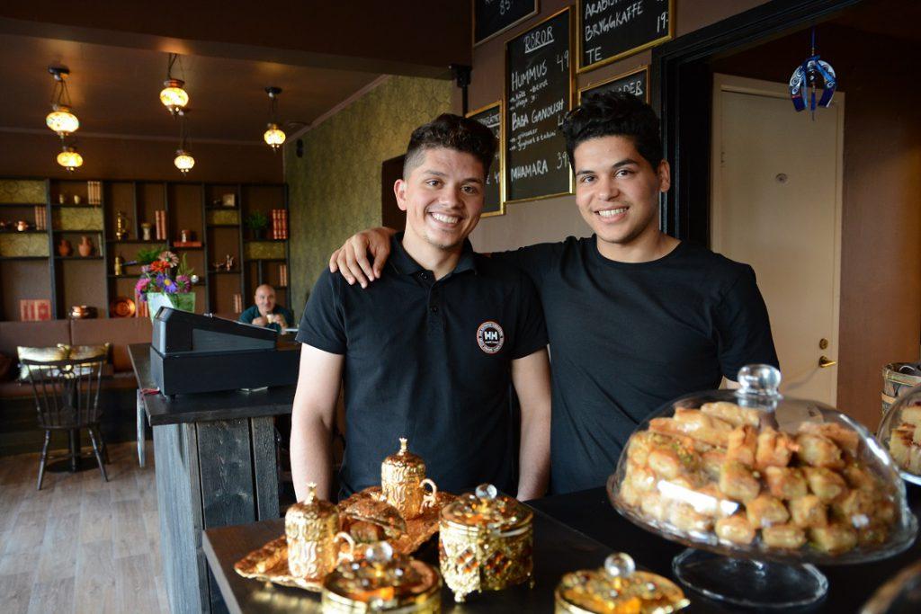 Bröderna Ali och Hamzeh Hassoun serverar arabiskt kaffe och baklava i olika varianter till fikasugna hässleholmare.