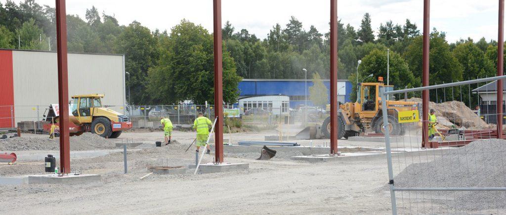 Dahlqvist bygger sin bilhall på fastigheten där saneringen fortfarande inte  är klar och inte heller den slutliga kostnaden. Foto: Berit Önell