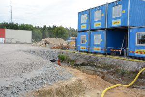 Saneringen av marken under arbetsbodarna får vänta, trots att miljökontoret i ett föreläggande i maj krävde att det skulle ske innan byggnadsarbetena satte igång.