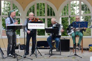 Göingemusikanterna spelade, både längs vägen och i musikpaviljongen.