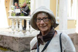 Viktoria Persson är över 80, men lovar att kedja fast sig vid paviljongen om kommunen försöker riva den.
