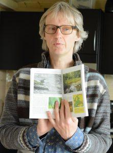 Pål Axel Olsson får miljöpriset för sitt arbete med boken Naturguide Hässleholm 52 pärlor. Foto: Berit Önell