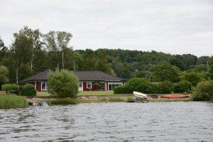 Båtbryggor, murade kanter med mera ger inte mycket plats för en vandringsled.