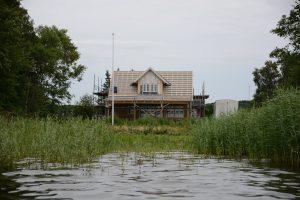Om- och tillbyggnaden av fritidshuset på icke översvämningssäker nivå hinner knappt bli klar innan reglerna skärps så att de inte bara gäller nybyggen.